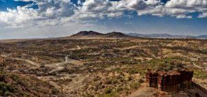 La gola di Olduvai, importante sito archeologico africano, è un avvallamento lungo circa 40 km, chiuso da ripide pareti, situato nella pianura di Serengeti, nel nord della Tanzania, e collegato alla Grande Rift Valley che si estende lungo l'Africa orientale.